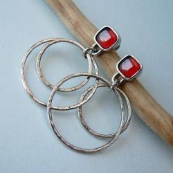 srebrne koła,z granatem,na sztyftach - Kolczyki - Biżuteria